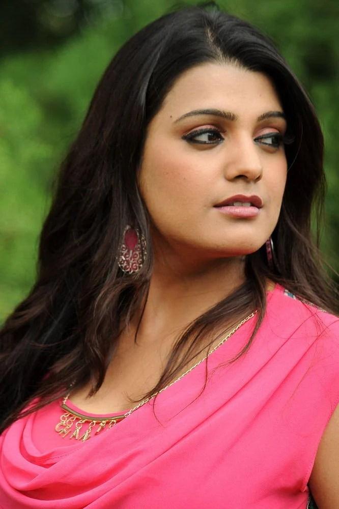 Tashu Sizzling Look Photo Still From Movie Gola Seenu