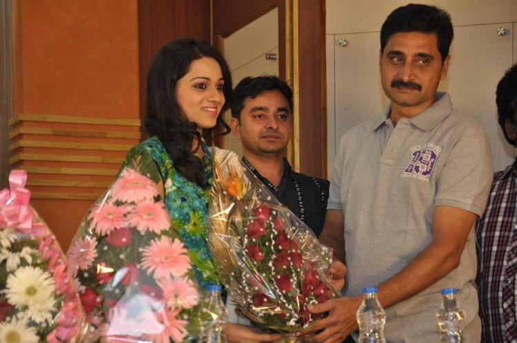 Reshma Received Boque Photo Clicked At Jai Sriram Movie Platinum Disc Function
