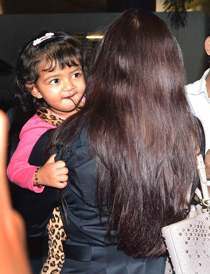 Aishwarya With Daughter Aaradhya Snapped On Return From New York At Mumbai Airport