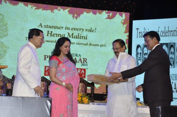 Hema Malini Take Award At 21st P.C. Chandra Purashkaar Award Ceremony