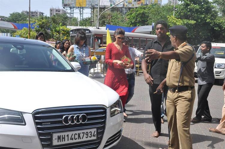 Deepika Spotted At Siddhi Vinayak Temple For Released YJHD Movie Success