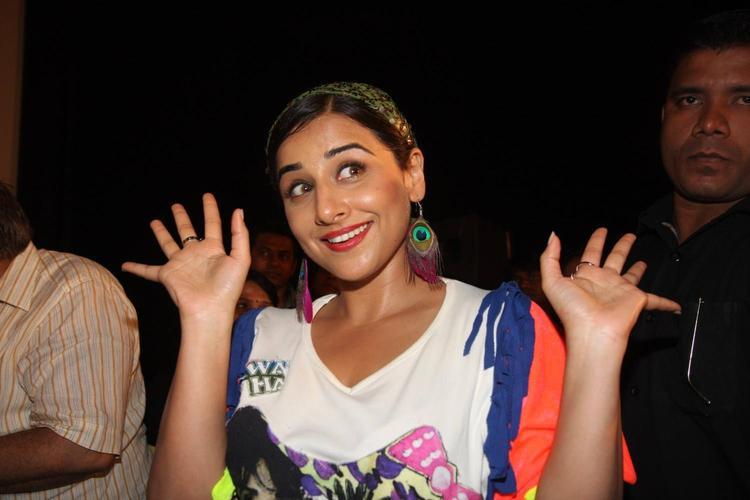 Vidya Balan Funny Cool Pose During The Music Launch Of Ghanchakkar Song Lazy Lad
