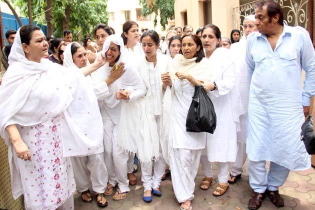 Jiah's Mother And Sisters Crying Still At Funeral Of Jiah Khan