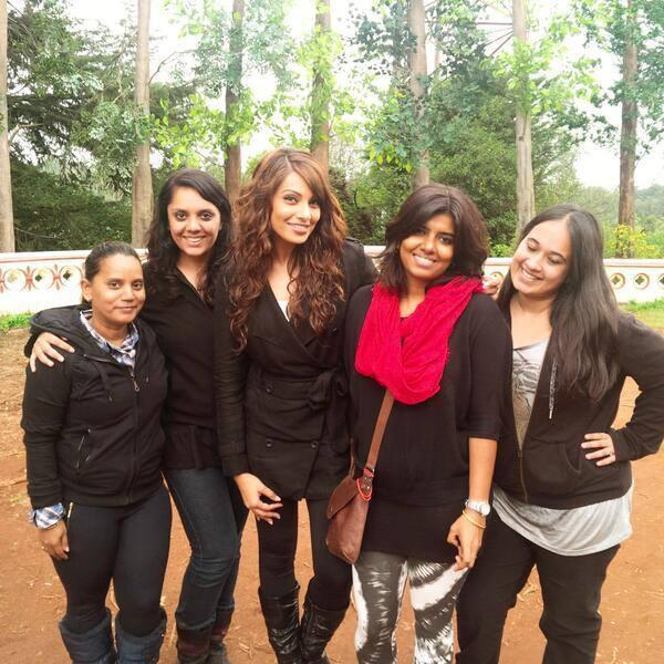 Bipasha Basu Smiling Pose With Friends On The Sets Of Creature