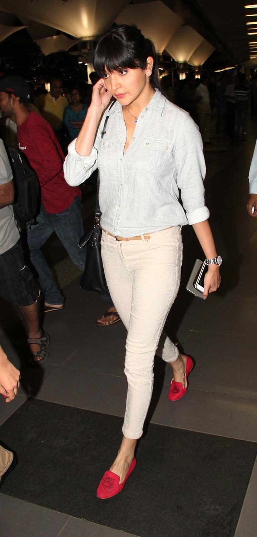 Anushka Sharma Glamour Look At Mumbai Airport While Arrives From IIFA Awards 2013