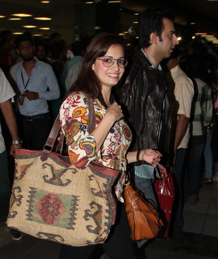 Dia Mirza Flashes Smile At Mumbai Airport While Arrives From IIFA Awards 2013