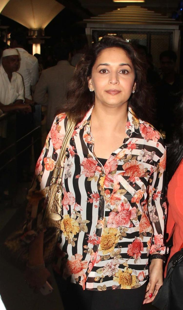 Madhuri Dixit Nene Dazzling Look At Mumbai Airport While Arrives From IIFA Awards 2013