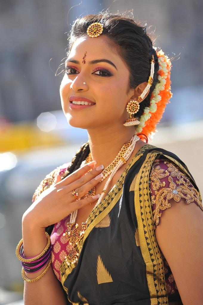 Iddarammayilatho Movie Amala Paul Sizzling Sweet Still In Traditional Look