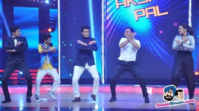 Akshay Kumar and Sonakshi Sinha Danced With The Contestants