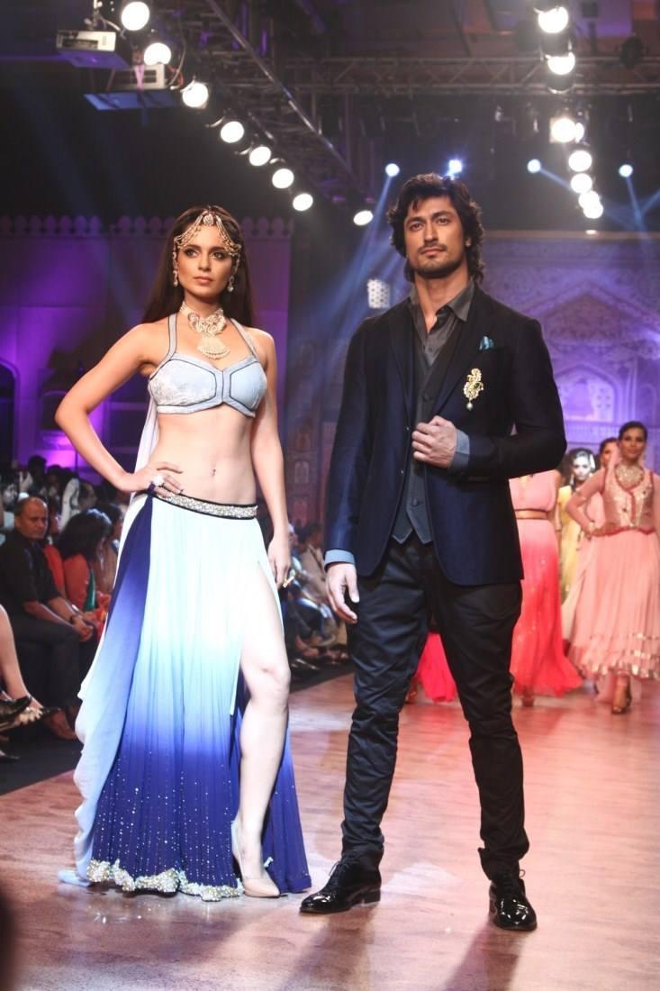 Vidyut And Kangana Hot Pose On Ramp At IIJW 2013