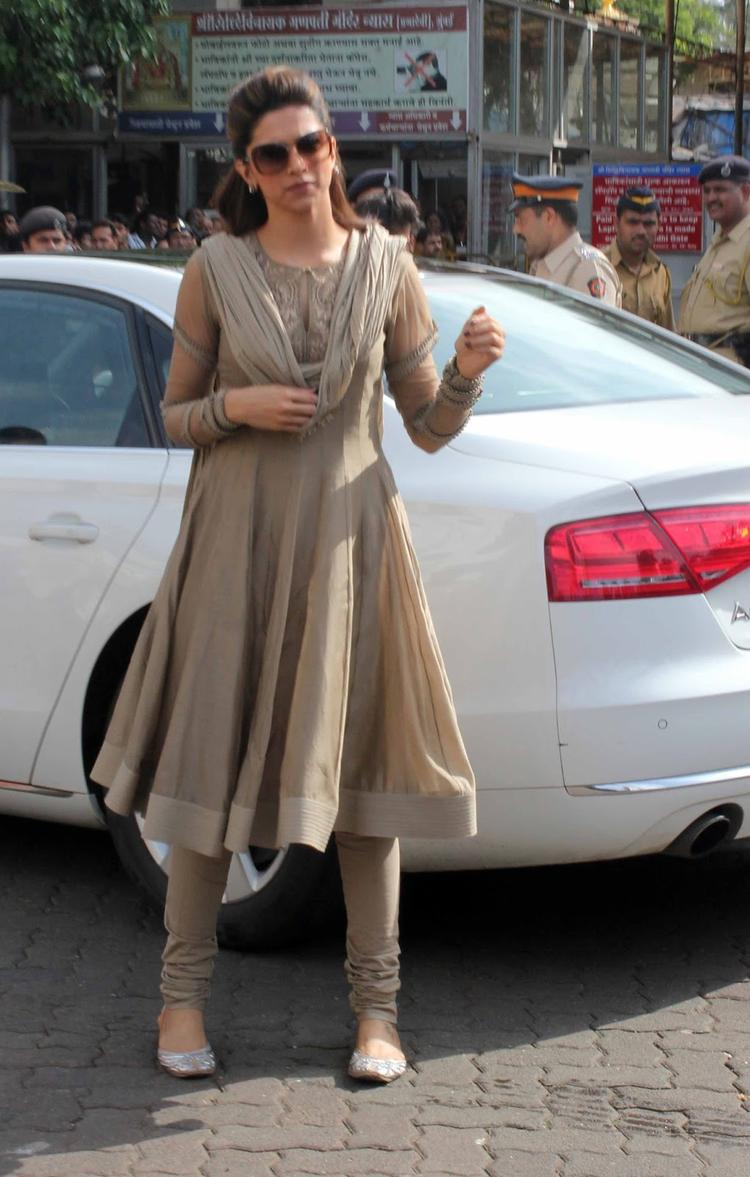 Deepika Padukone Visits Siddhivinayak Temple For The Success Of Chennai Express