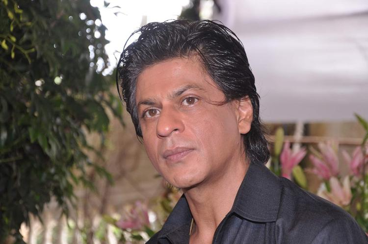 SRK Cooled During The Celebration Of Eid At His Bungalow Mannat
