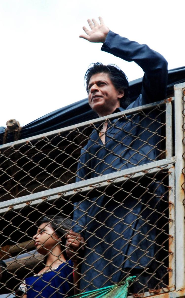 SRK Dazzling Look During The Celebration Of Eid At His Bungalow Mannat