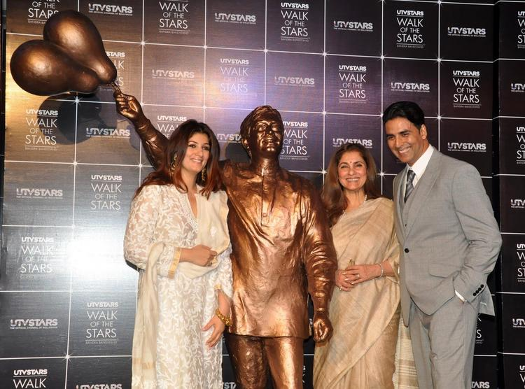 Akshay,Twinkle And Dimple Pose With Rajesh Khanna's Statue At It's Launch Event