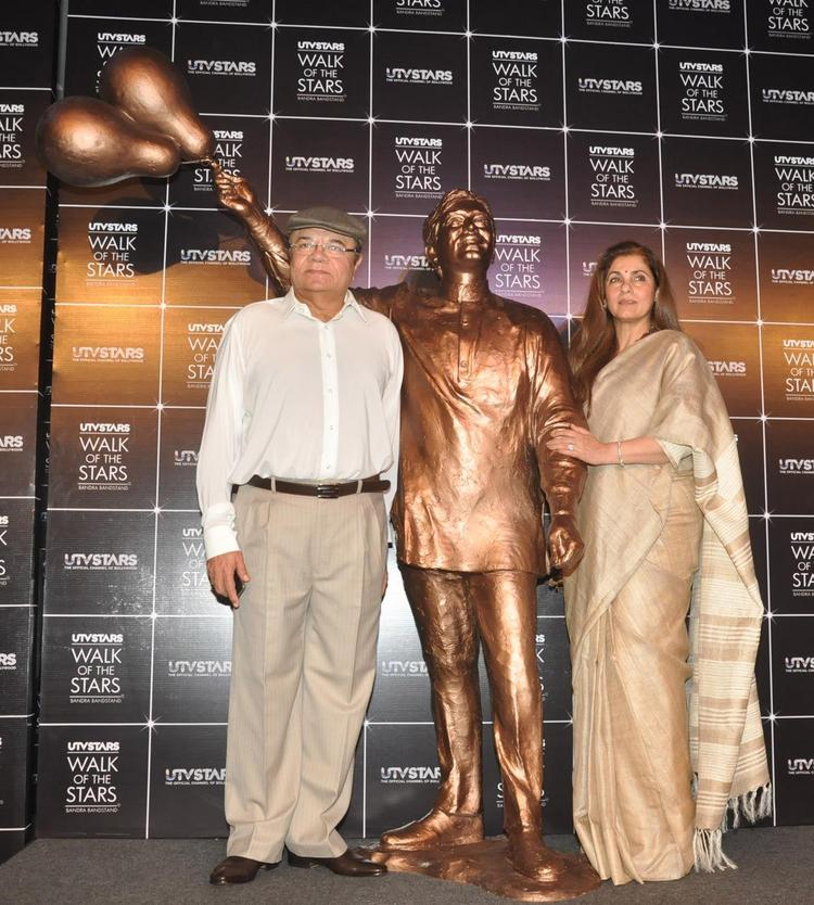 Dimple Pose With Her Hubby Rajesh Khanna's Statue At It's Launch Event