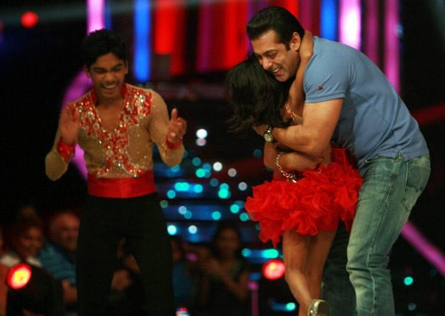 Salman Hugs Sonali And Sumant On The Sets Of Jhalak Dikhhla Jaa 6