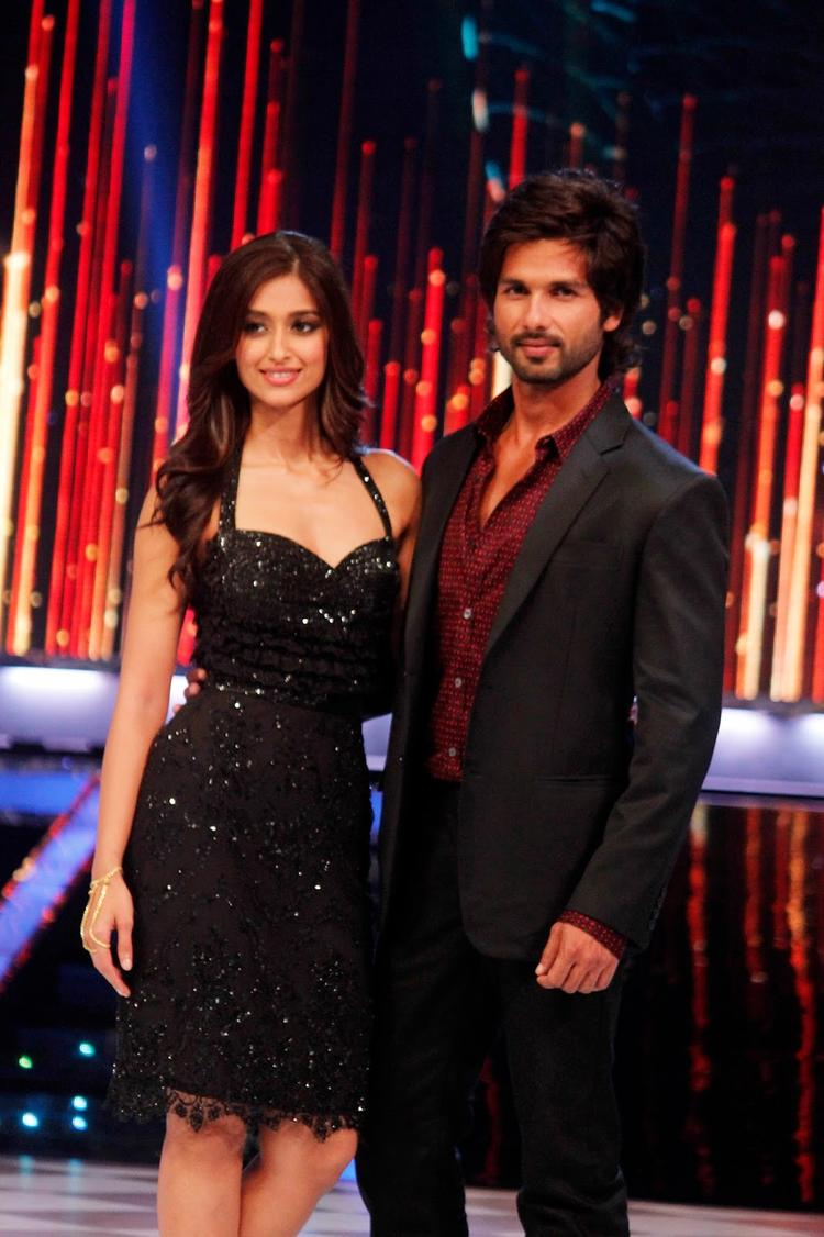 Ileana And Shahid Posed For Camera During The Promotion Of Phata Poster Nikla Hero On The Sets Of Jhalak Dikhhla Ja 6