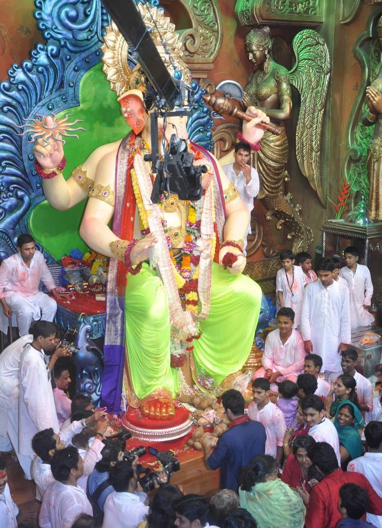 Ranbir Kapoor Reached The Ganpati Statue And Bows His Head To Pray