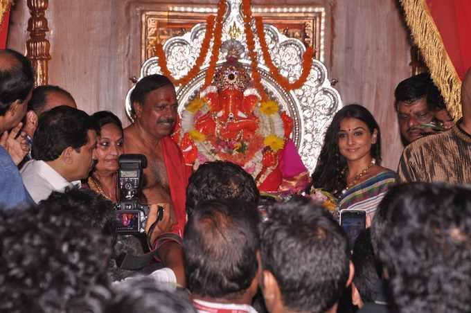 Vidya Balan Posed With Lord Ganesh Idol At Siddhivinayak Temple In Mumbai