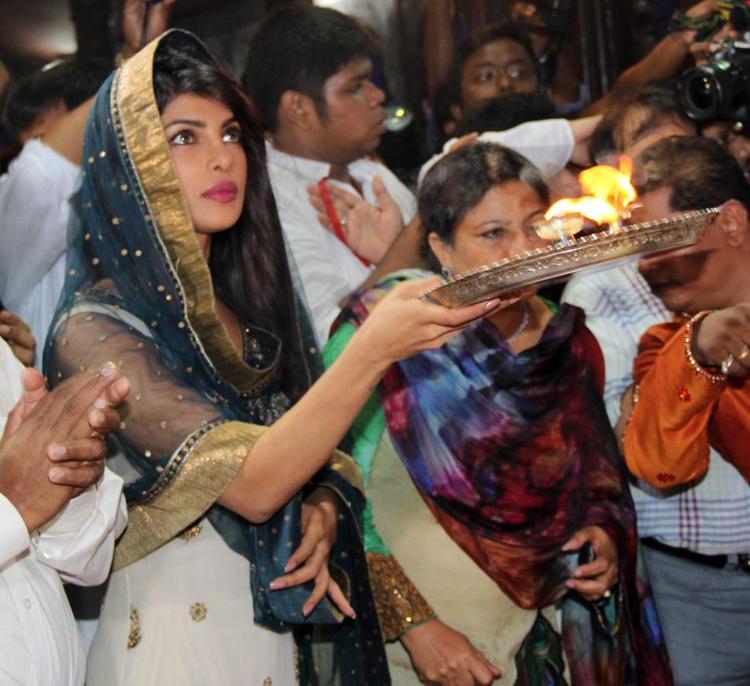 Priyanka Chopra Came For Aarti At Ganapati Andheri Cha Raja 2013