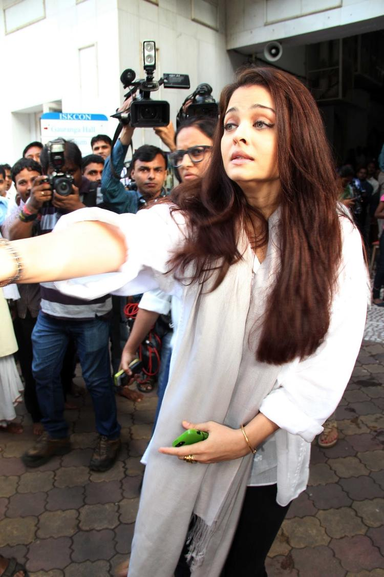 Aish Attended Madhuri Dixit's Father Prayer Meet
