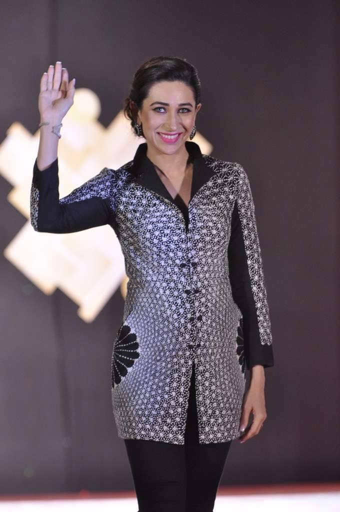 Karisma Looks Sizzles In This Outfit At Globoil India Awards 2013