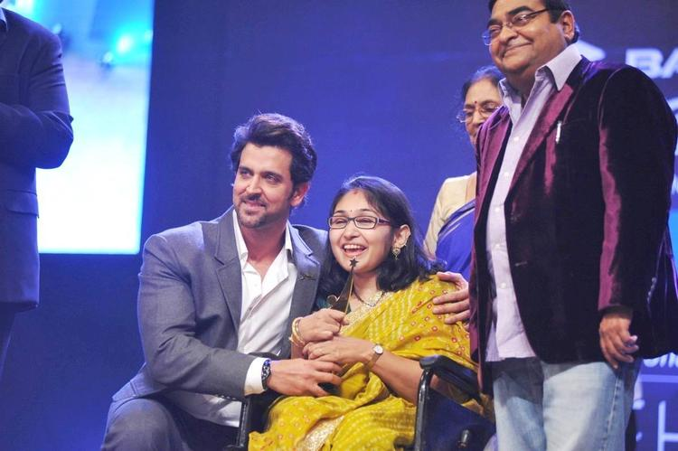 Hrithik Roshan Pose For photo Shoot With His Fan