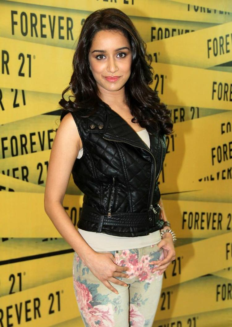 Amazing Babe Shraddha Arrives To Launch Forever 21's Store