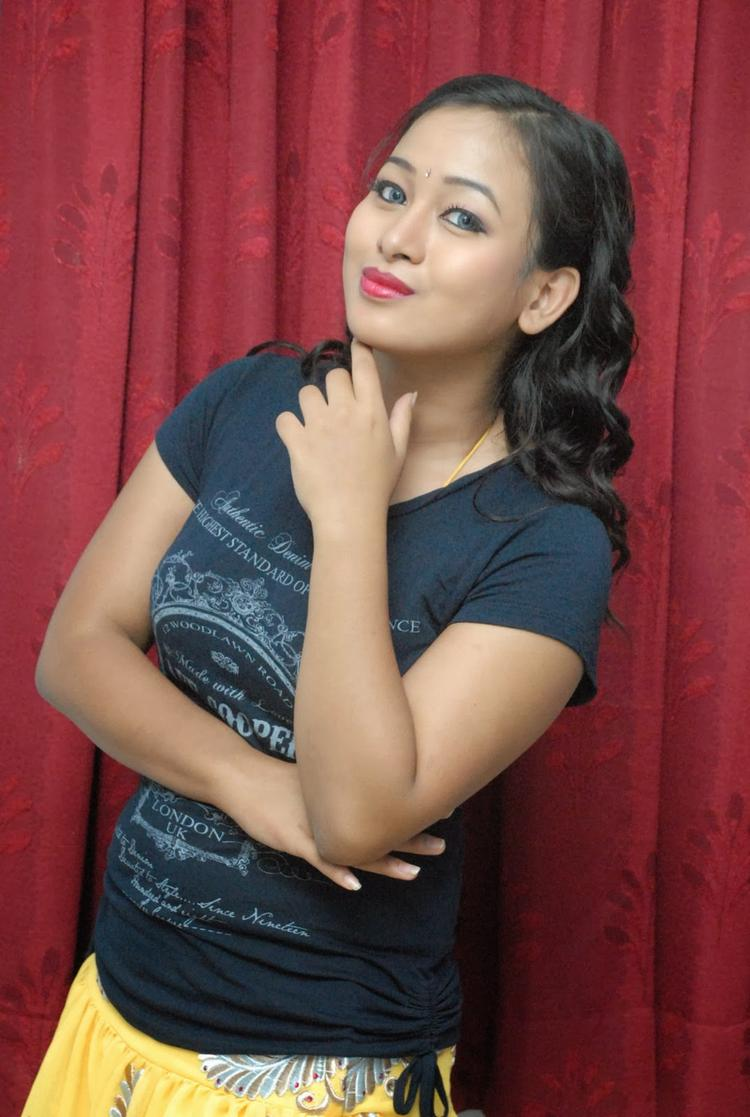 Sneha Cool Pose At Emo Emavuno Team Interview