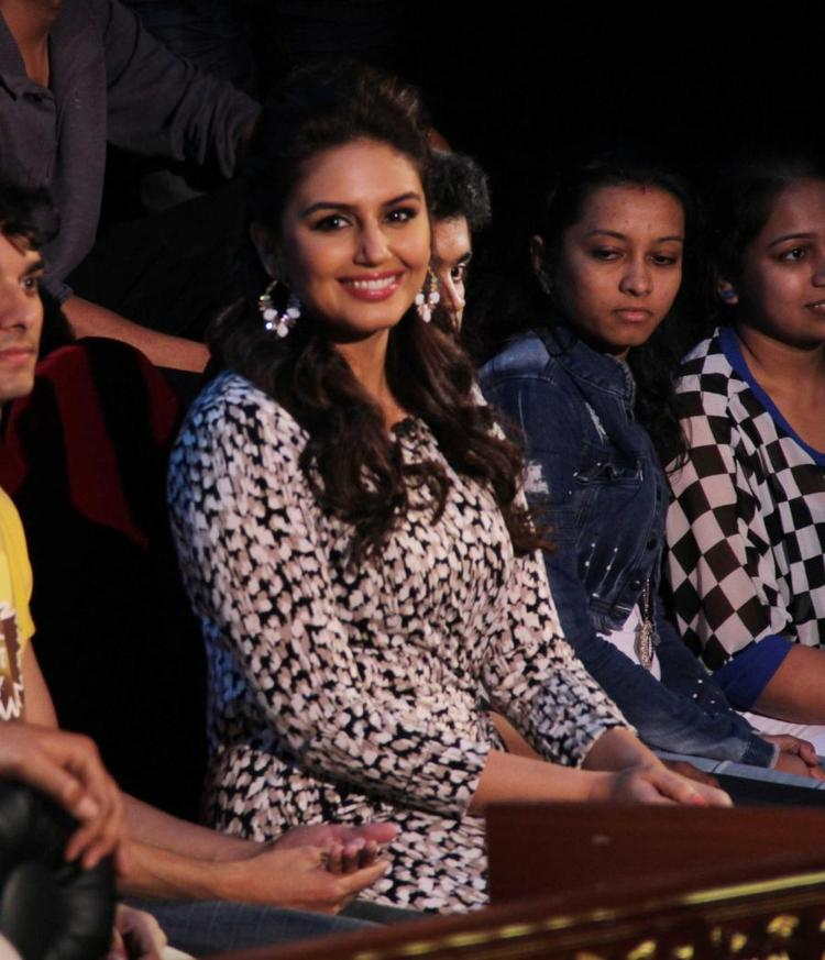 Huma Sitting With Audiance During Dedh Ishqiya Promotions At Comedy Nights With Kapil Sets