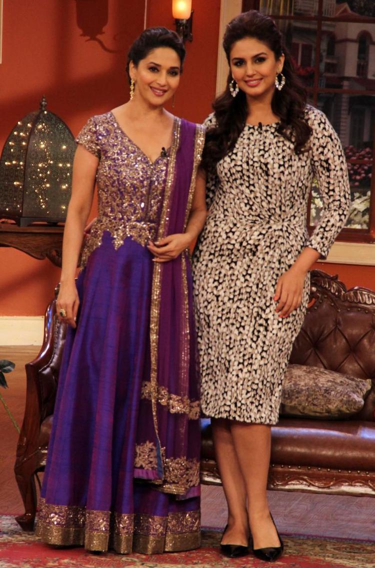 Maduri And Huma Nice Pose For Camera At Dedh Ishqiya Promotions At Comedy Nights With Kapil Sets