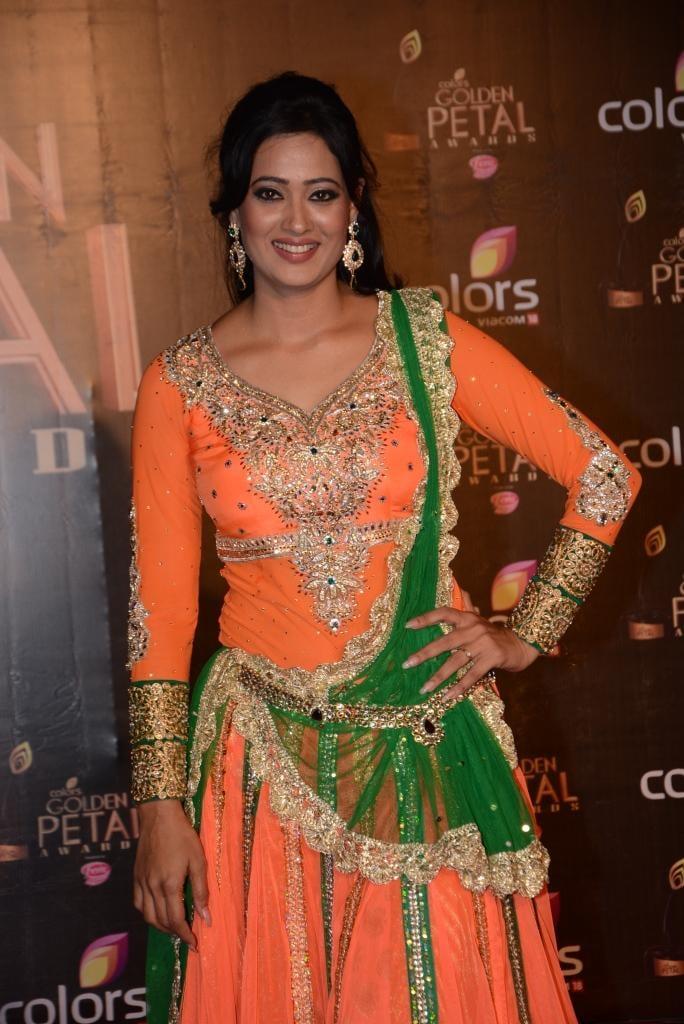 Smiling Shweta Tiwari Traditional Look At Colors TV 3rd Golden Petal Awards 2013