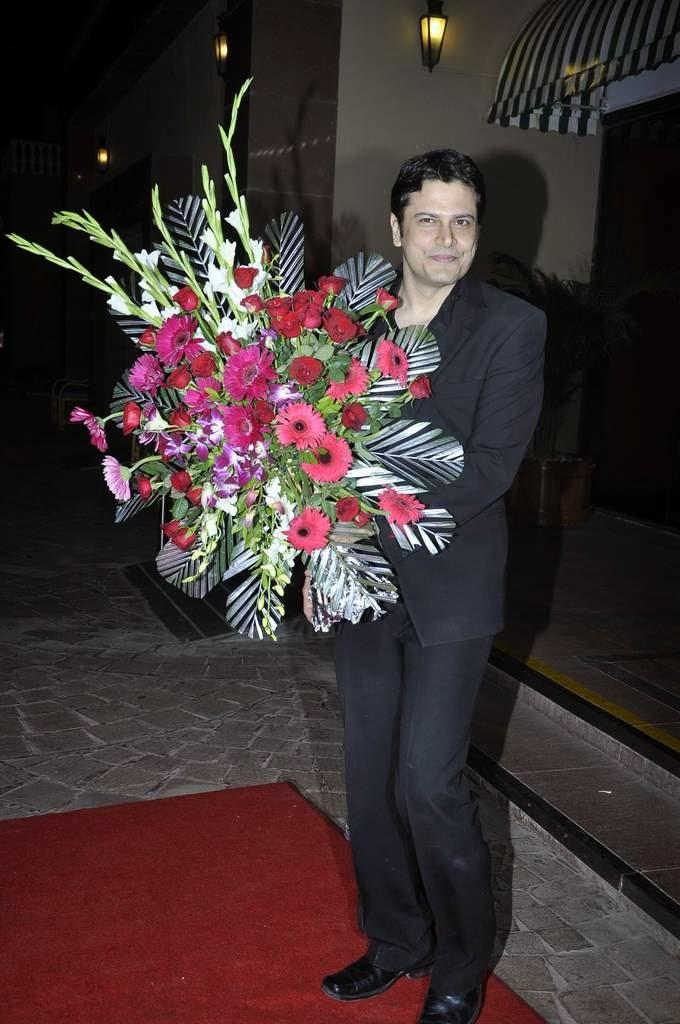 Cezanne Khan Snapped At Aamna And Amit Wedding Reception With Beautiful Bouquets