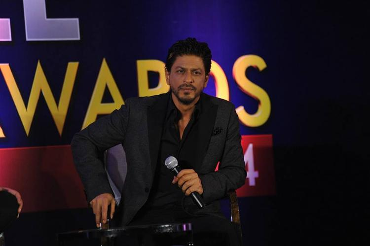 Shahrukh Khan Dappers Look In Suit At Zee Cinema Awards 2014 Press Conference Promotional Event