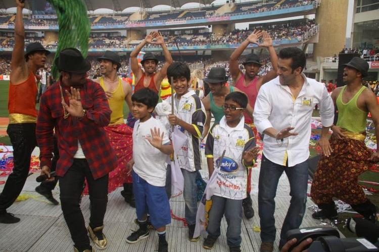 Salman Dance With Honey Singh At The CCL Match Opening Event