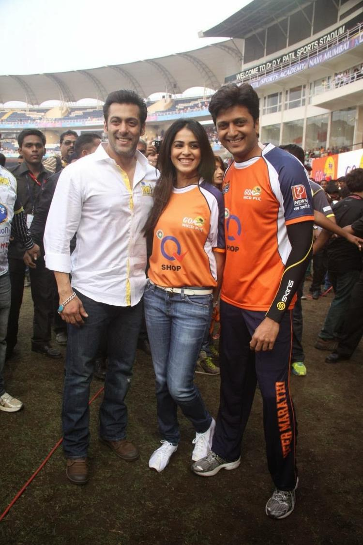 Salman Pose With Genelia And Riteish At The CCL Match Opening Event