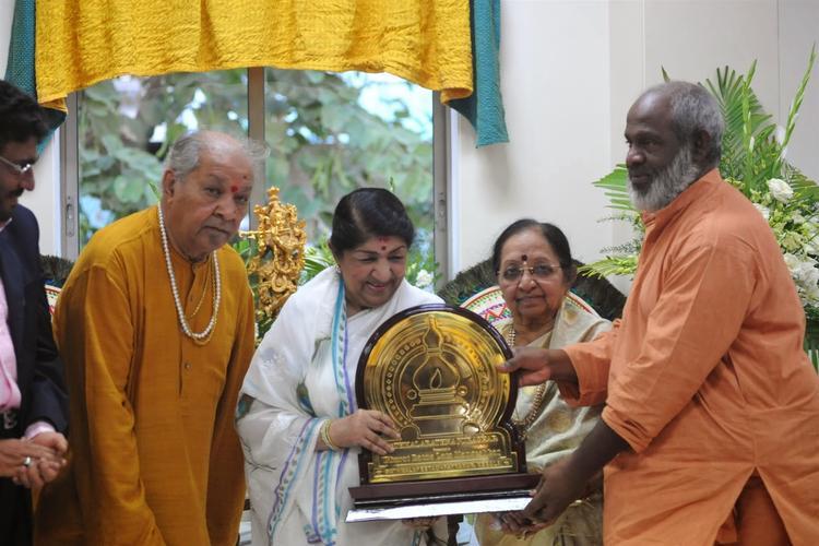 Legendary Singer Lata Mangeshkar Receiving The First Sathkalaratna Purskar