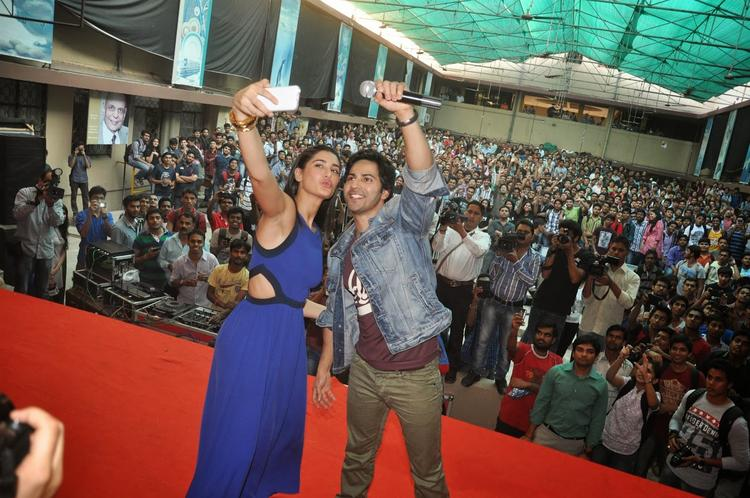 Nargis Fakhri And Varun Dhawan Clicked Photo By Cell Phone During The Promotion Of Main Tera Hero On Bus Ride