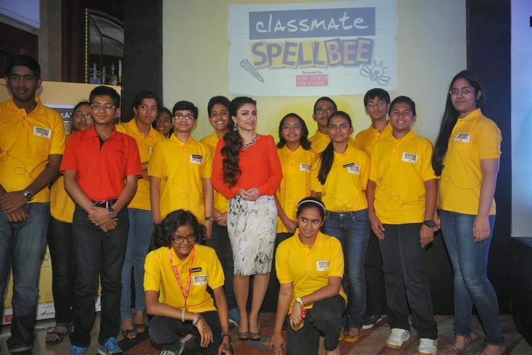 Soha Ali Khan Posed With Contestants At Classmate Spell Bee Champ 2014 Event