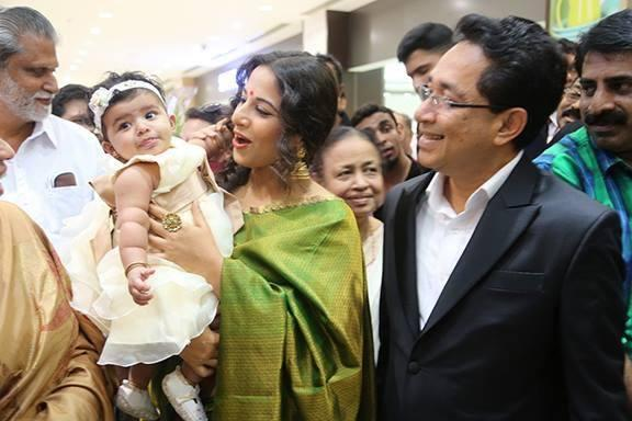 Vidya Balan Funny With A Kid During The Inauguration Of Saree Showroom The Mall Of Joy In Thrissur
