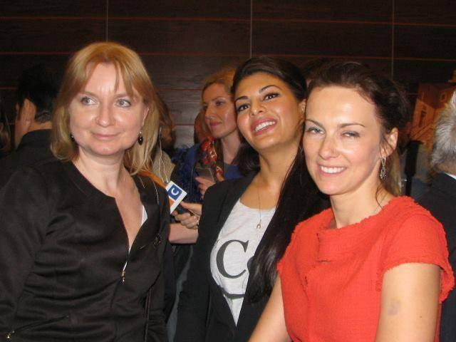 Jacqueline Pose With Fans At The Press Conference In Warsaw For Kick
