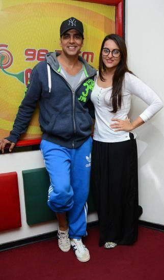 Akshay And Sonakshi Posed For Camera During The Promotion Of Holiday Movie At 98.3 FM Radio Mirchi