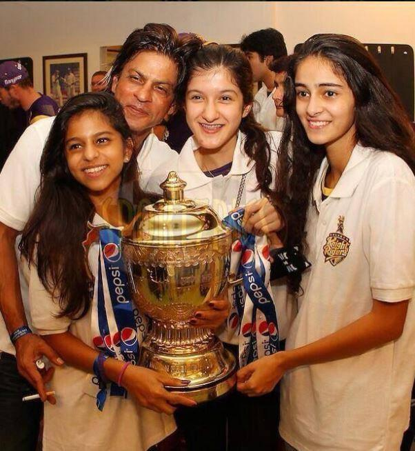 Shahrukh With Suhana And His Fans Pose After Won The IPL 7