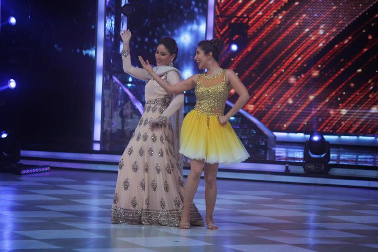 Kareena Shakes Her Tooh With Sophie On Sets Of Jhalak Dikhhla Jaa 7