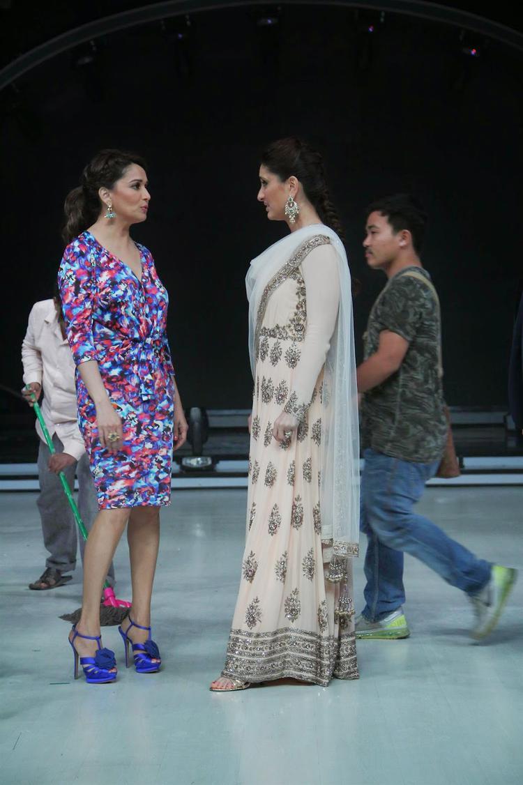 Madhuri Chit Chats With Kareena On The Sets Of Jhalak Dikhhla Jaa 7
