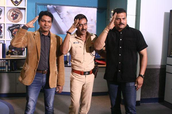 Ajay Is Doing Aata Maji Satakle With Daya And Abhijeet On The Sets Of CID
