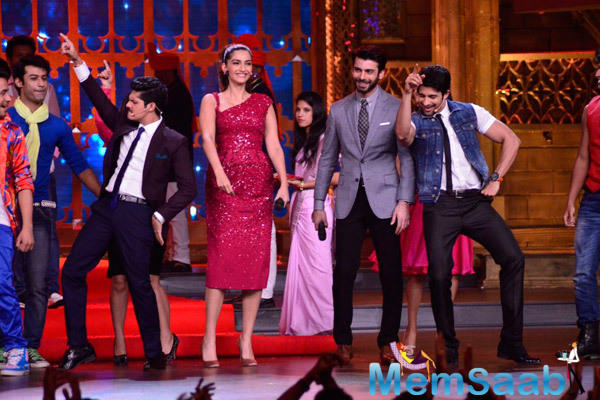 Sonam Kapoor And Fawad Khan Grand Entry On The Sets Of Zee Cine Star Ki Khoj Reality Show