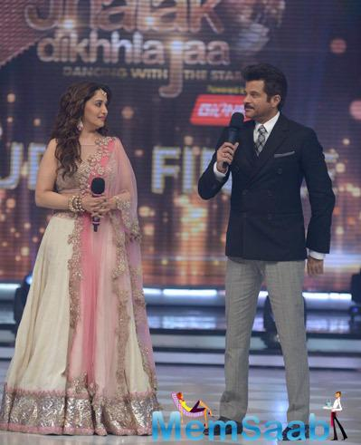 Anil Kapoor Addressing And Madhuri Dixit Looks On At The Grand Finale Of JDJ 7
