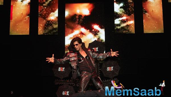 Shahrukh Khan Performed On His Hit Numbers And Fire The Stage