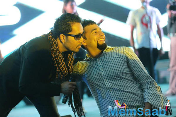 Mika Singh With His Fan Selfie Grooves On The Bindass 7th Anniversary